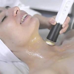 operatrice fa trattamento viso