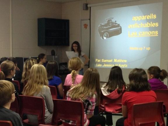 Élèves de 6e année de l'école Grande-Digue présentant sur la consommation d'appareils enfichables