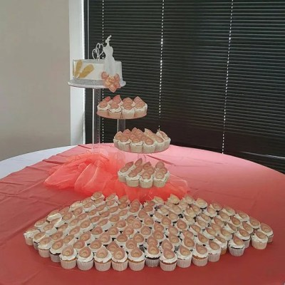 Wickstead's-Customer-Photo-of-our-Custom-Coloured-Peacock-Feathers-on-a-Wedding-Cake-and-Cupcakes-(1)