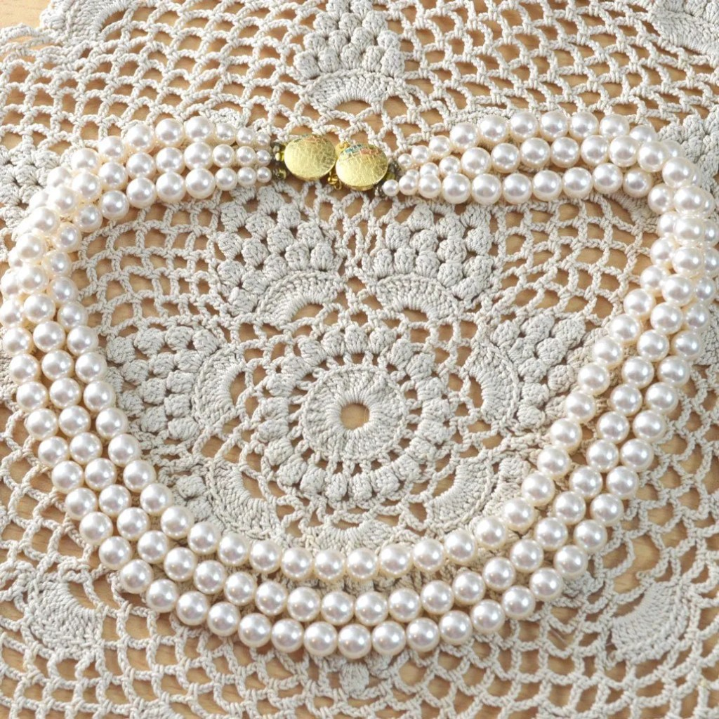 Wickstead's-Jewels-&-Treasures-Vintage-Pearls-Necklace-Triple-Strand-Lustre-Glass-Beads-Double-Ended-Clasp-(1)