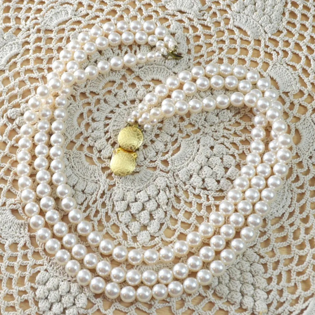 Wickstead's-Jewels-&-Treasures-Vintage-Pearls-Necklace-Triple-Strand-Lustre-Glass-Beads-Double-Ended-Clasp-(3)