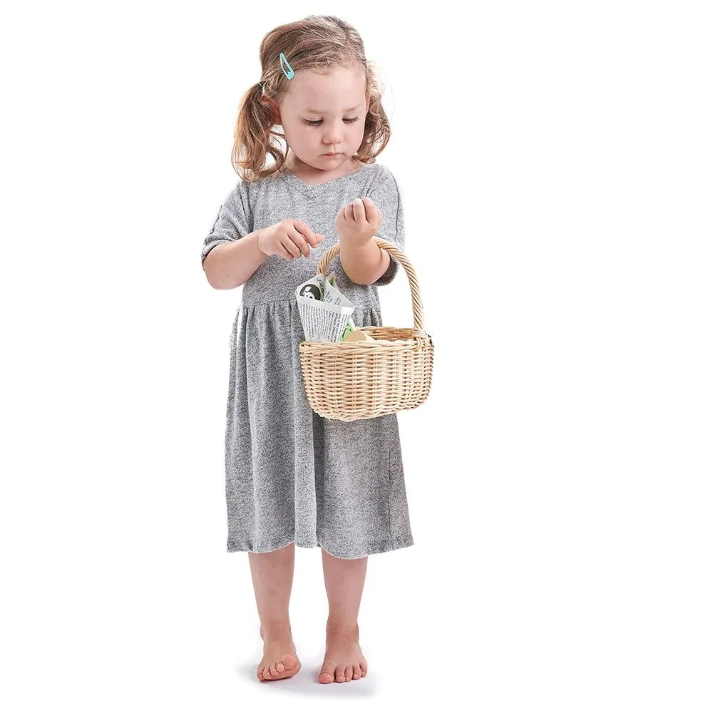 TL8286 Grocery basket with girl standing