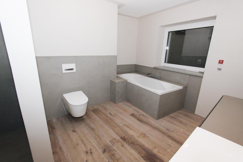 Betonfliesen für Badezimmer und Nasszellen. Große Flächen und Duschen.