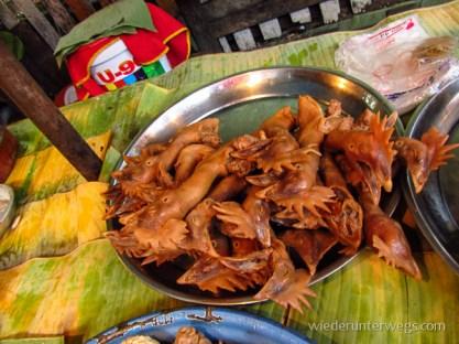 Gesottene Hühnerköpfe und hälse