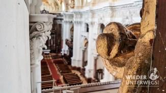 Versteckter Spalt oben bei der Orgel mit Blick auf das Kirchenschiff