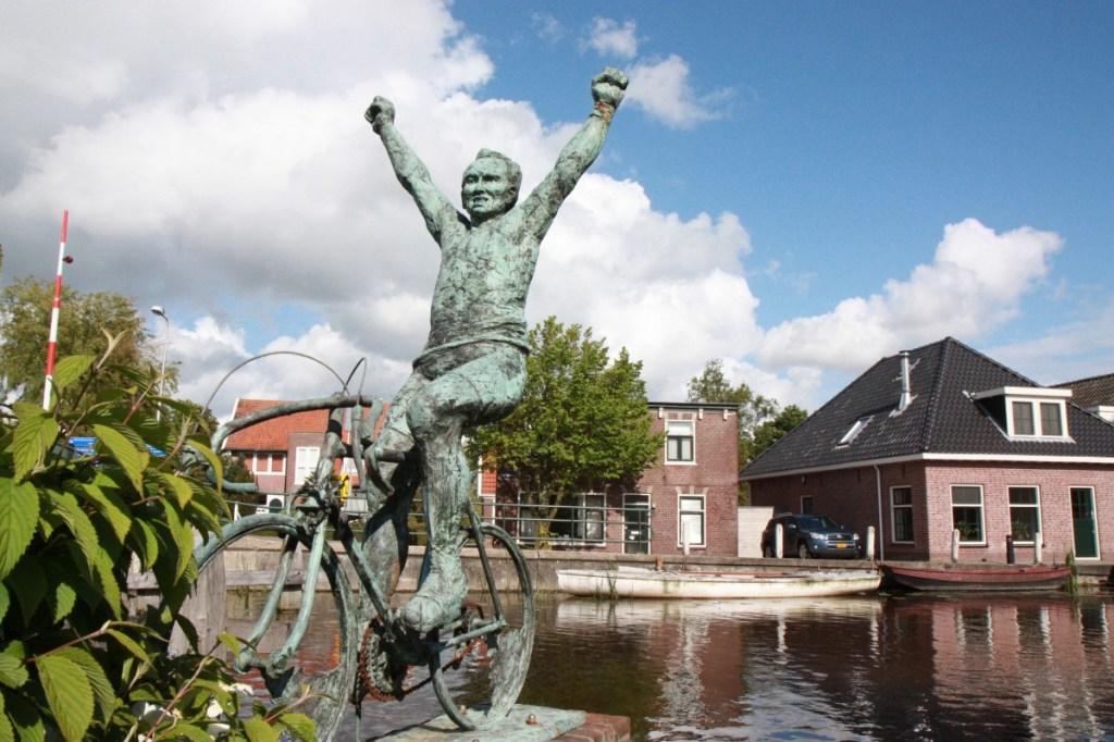 Het bronzen beeld van Joop Zoetemelk in Rijpwetering