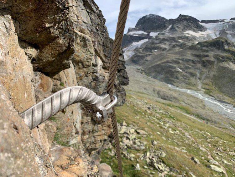 Das Bild zeigt einen silbernen Klettersteiganker beim Übungsklettersteig Wiesbadener Hütte.