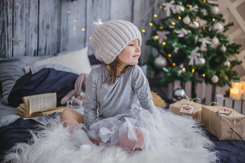 Kind wartet auf Christkind