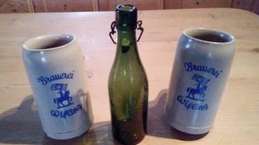 alte Maßkrüge und eine Bierflasche der Brauerei Wifling
