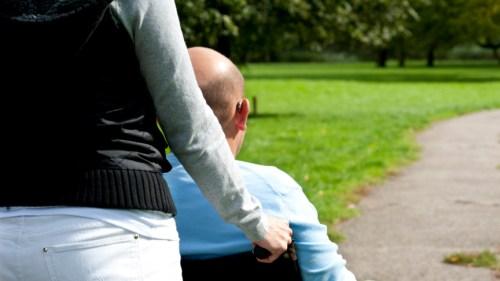 ILLUSTRATIE - Hulpverlener begeleidt gehandicapte man. ANP XTRA ROOS KOOLE