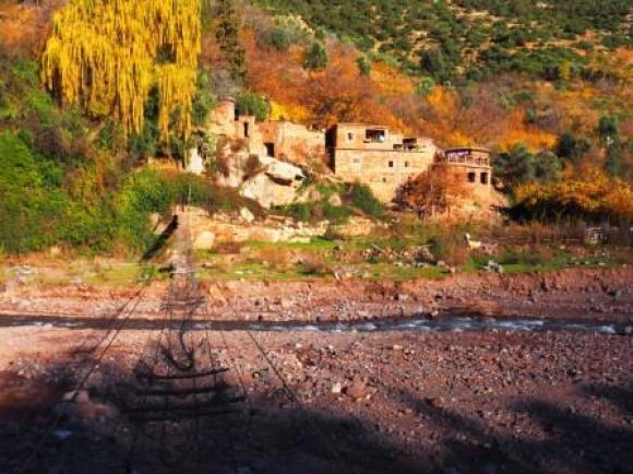 Vervallen loopbrug op de weg van Asni naar Imlill.