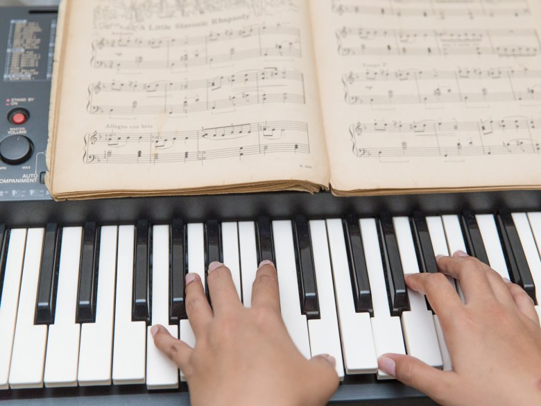3 simple ways to teach yourself to play the piano - wikihow