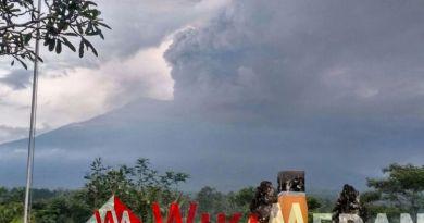 Sinar Lava Pijar Terlihat di Puncak Gunung Agung