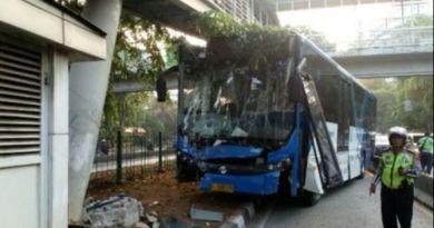 Tabrak Tiang JPO di Jalan Kyai Tapa, Bus Transjakarta Ringsek