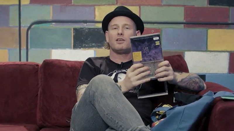 Corey Taylor participa do programa What's In My Bag?