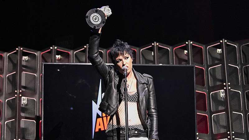 Lzzy Hale recebe prêmio de melhor vocalista em nome de Chester Bennington
