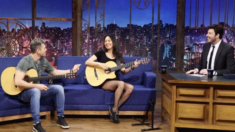 Dupla Rodrigo y Gabriela no The Noite com Danilo Gentili