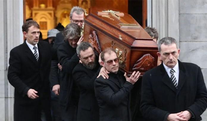 Dolores O'Riordan é homenageada por milhares de fãs na Irlanda