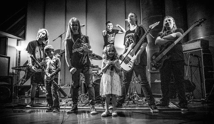 """Crianças gravam cover matador de """"Raining Blood"""" do Slayer"""