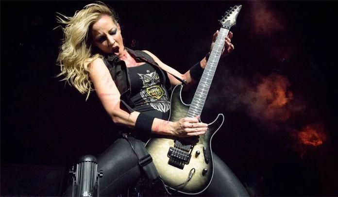 """Nita Strauss dá show ao tocar """"Aces High"""" do Iron Maiden em loja"""