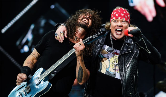 "Guns N' Roses e Foo Fighters dividem palco e tocam ""It's So Easy"""