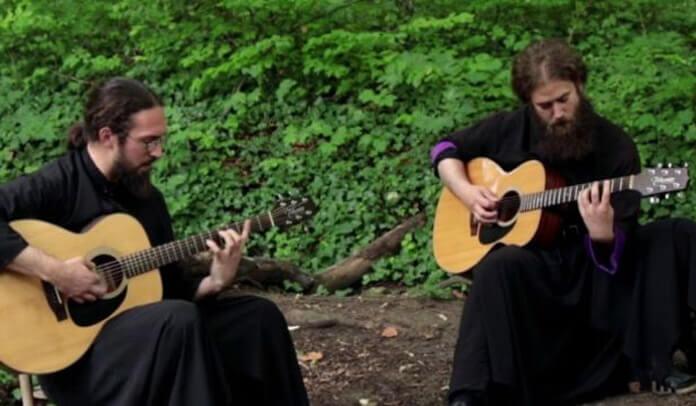 """Monges sérvios fazem cover acústico de """"Wasting Love"""" do Iron Maiden"""