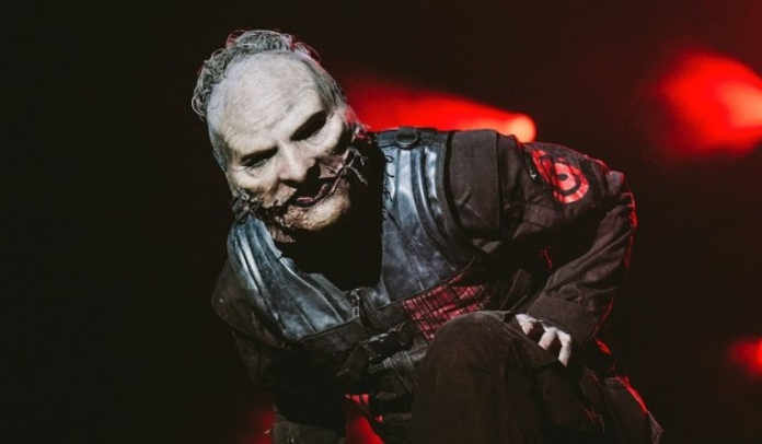 Corey Taylor mostra bastidores da produção da nova máscara