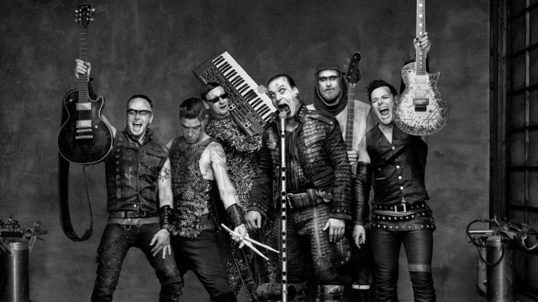 Fã toca 80 músicas do Rammstein em oito minutos