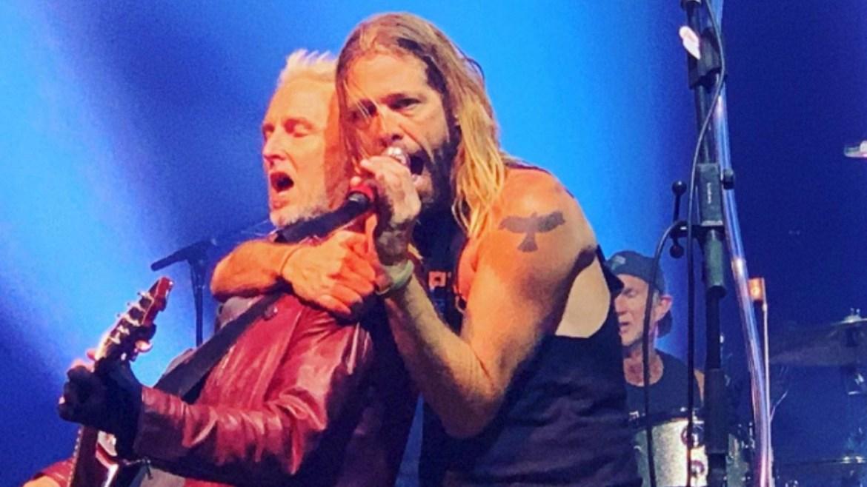 Membros do Pearl Jam, Red Hot, Guns e Foo Fighters se reunem em show