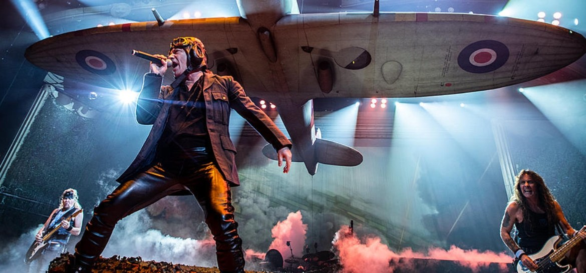 "Bruce Dickinson, do Iron Maiden, durante performance de ""Aces High"" com discurso de Winston CHurchill"