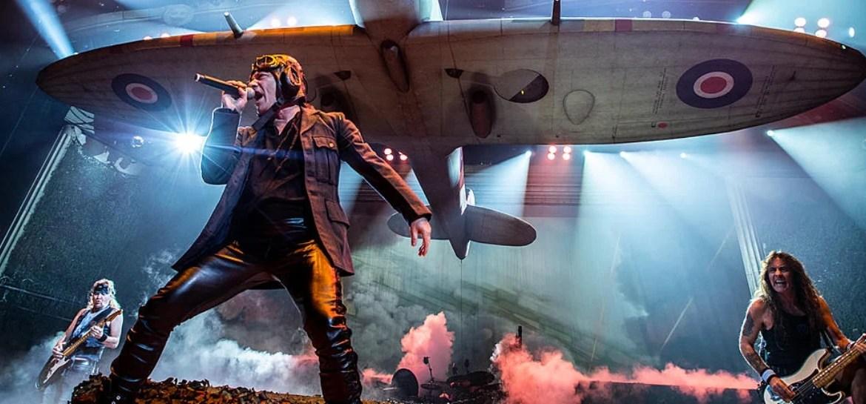 """Bruce Dickinson, do Iron Maiden, durante performance de """"Aces High"""" com discurso de Winston CHurchill"""