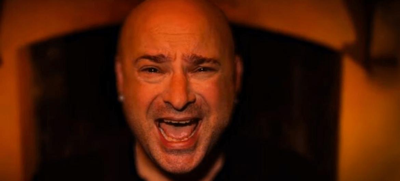 "David Draiman, do Disturbed, no clipe de ""Hold On To Memories"""