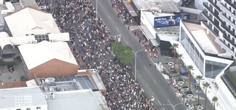 AC/DC: desfile com 150 mil pessoas homenageia banda e Bon Scott
