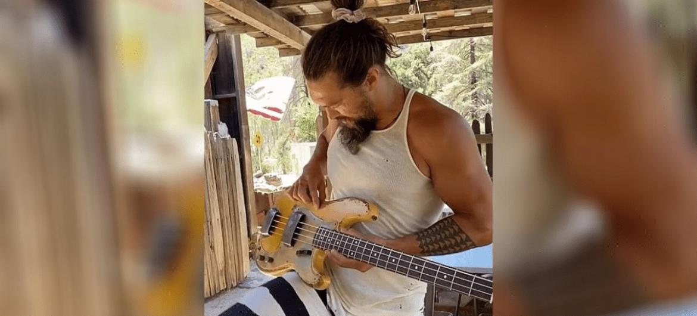 Jason Momoa tocando Red Hot Chili Peppers com seu novo baixo