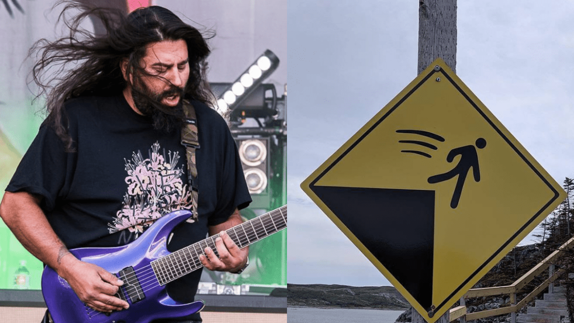 Stephen Carpenter e placa que se refere à Terra plana