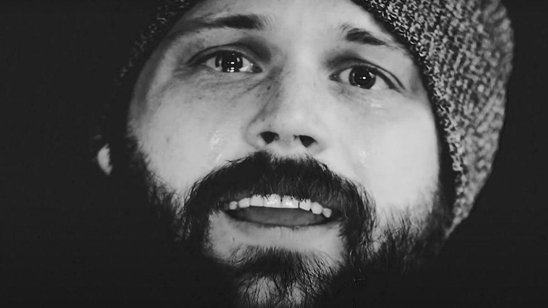 "Danny Worsnop no clipe de ""Love You More"""