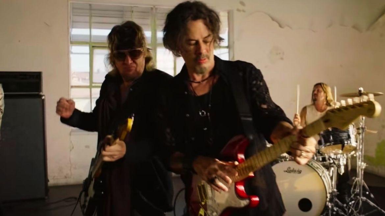 "Adrian Smith e Richie Kotzen (Smith/Kotzen) no clipe de ""Solar Fire"""