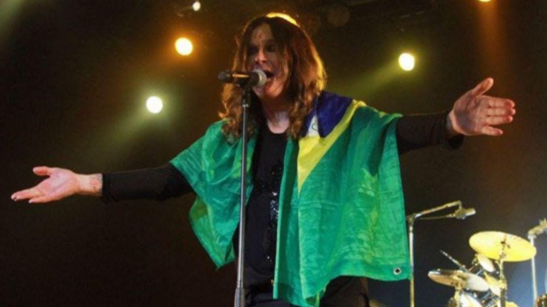 Ozzy Osbourne com bandeira do Brasil