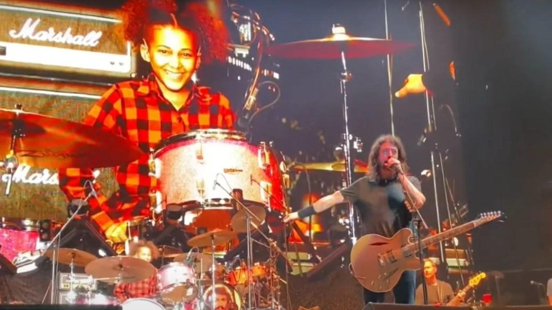 Nandi Bushell no palco com Foo Fighters