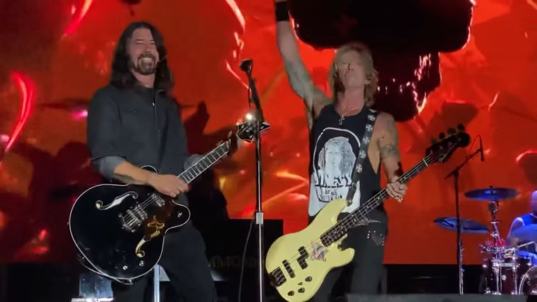 Guns N' Roses e Dave Grohl se juntam no palco, mas som da performance é  cortado