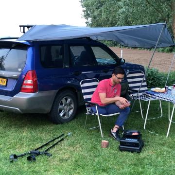DIY: slapen in de auto op een zelfgemaakt bedframe