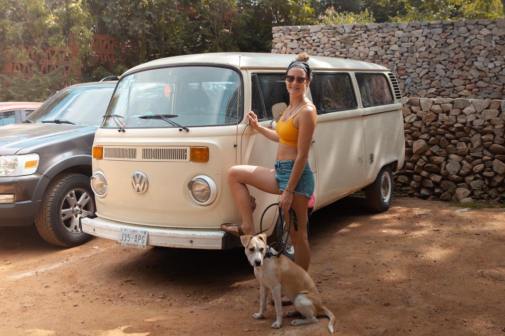 Mit meinem Hund Caipi vor einem VW-Bulli