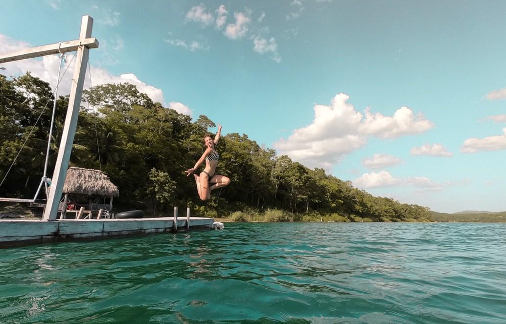 Sprungfoto in den See in Guatemala
