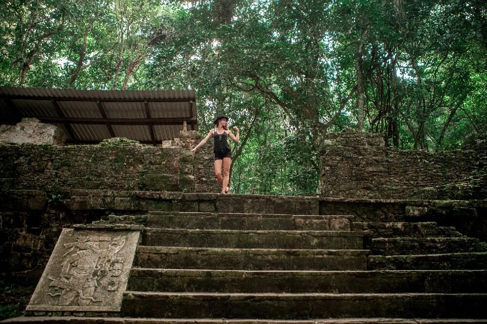 Svenja auf Maya-Ruine in Palenque in Mexiko
