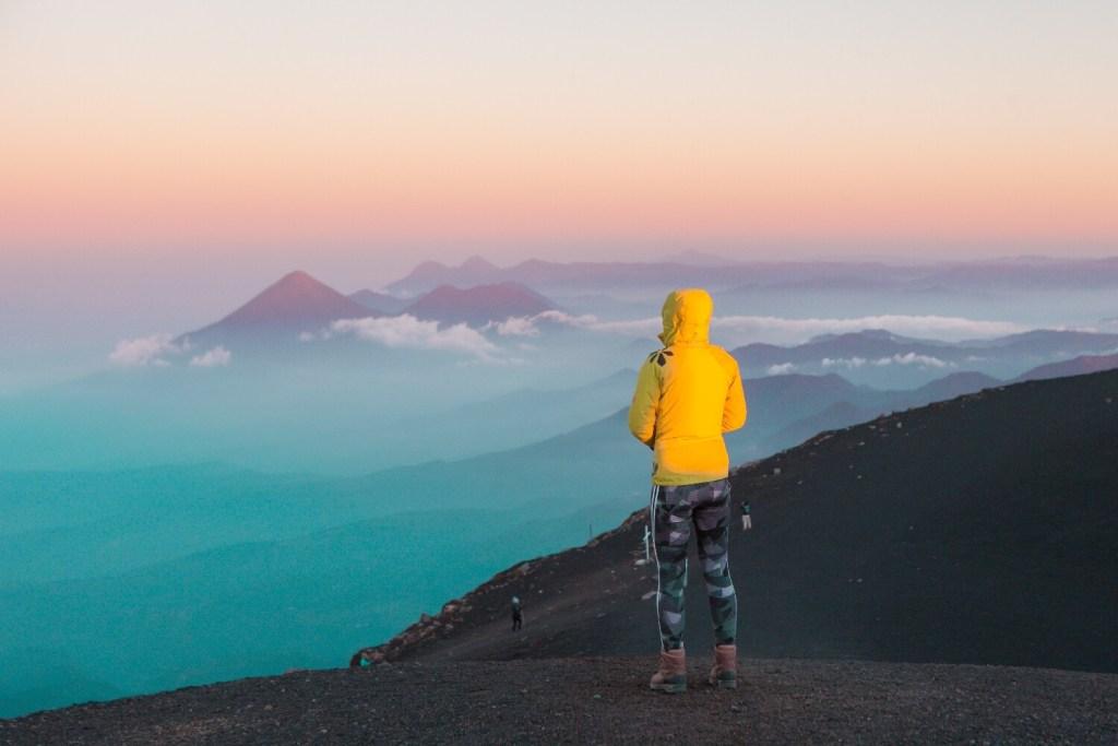 Auf dem Gipfel vom Vulkan Acatenango mit Blick auf die blaue Morgenatmosphäre