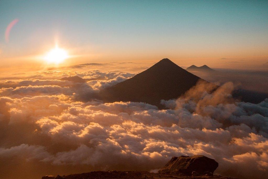 Sonnenaufgang am Vulkan Acatenango in Guatemala