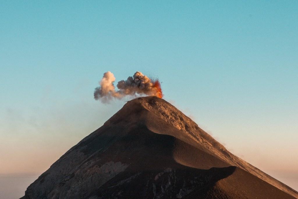 Vulkan Fuego Ausbruch während dem Sonnenuntergang