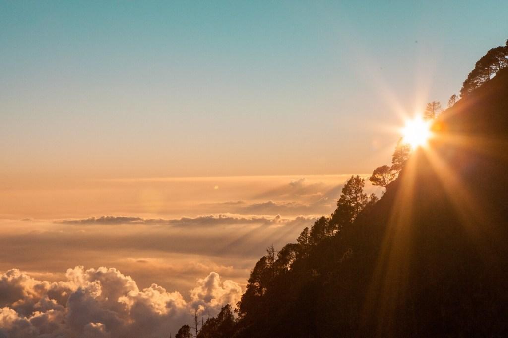 Sonnenuntergang über den Wolken am Vulkan Acatenango in Guatemala