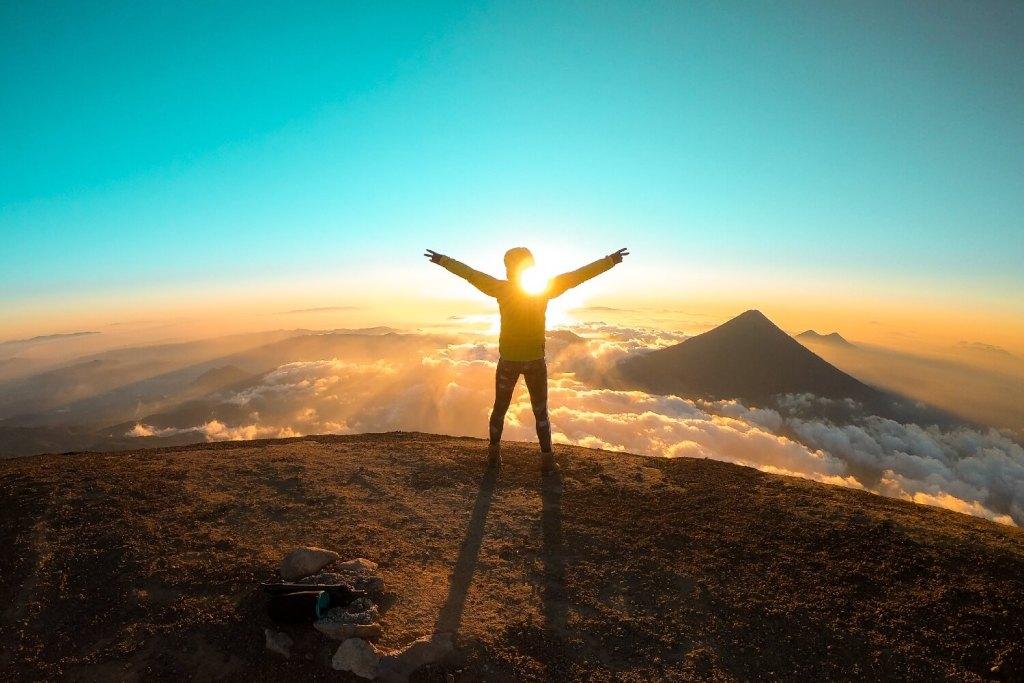 Freiheitsgefühl am Gipfel vom Vulkan Acatenango