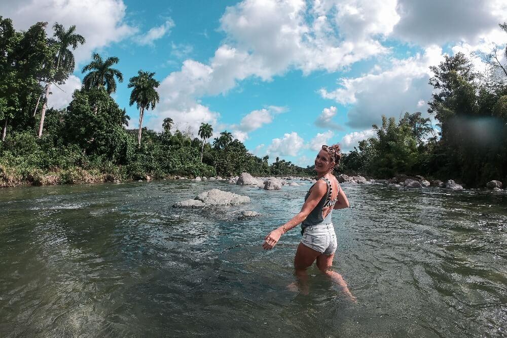 Flussüberquerung in Kuba